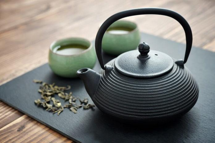 la preparazione del te con erbe medicinali e piante aromatiche